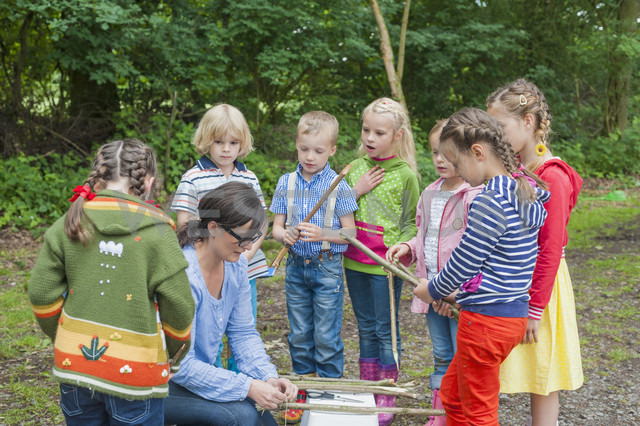 Germany, Children learning how to build a wooden raft - MJF001559 - Jana Mänz/Westend61