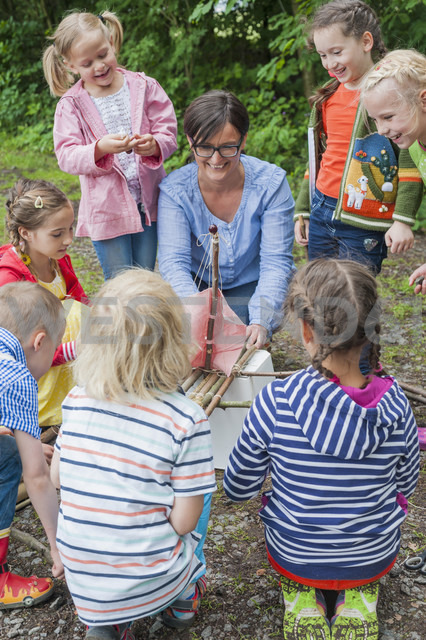 Germany, Children learning how to build a wooden raft - MJF001566 - Jana Mänz/Westend61