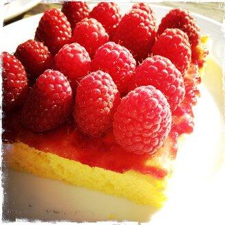 Piece of raspberry cake - SRSF000591