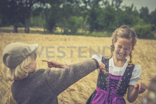 Germany, Saxony, two children playing in a grain field - MJF001579 - Jana Mänz/Westend61