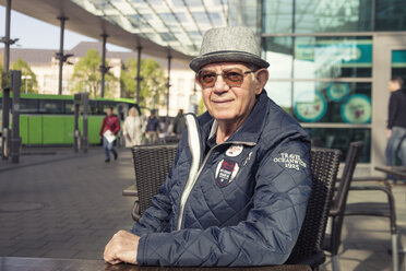Germany, Hamburg, confident senior man at an outdoor cafe - TAMF000078