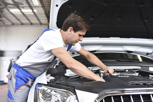 Mechanic repairing car in a garage - LYF000430