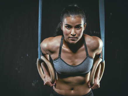 Portrait of CrossFit athlete with gymnastic rings - MADF000319