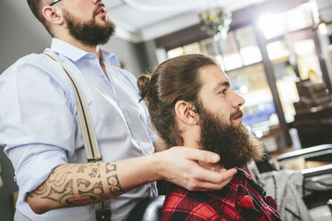 Man with full beard at the barber - MADF000335
