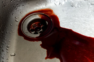 Sink with running blood - MIDF000489