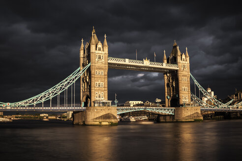 UK, London, view to Tower Bridge at sunset, long exposure - ZMF000413