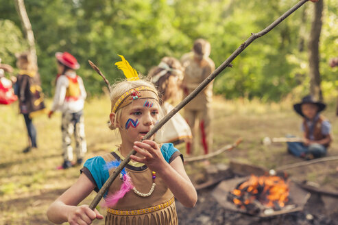 Germany, Saxony, Indians and cowboy party, Children rasting marshmallows on sticks - MJF001662