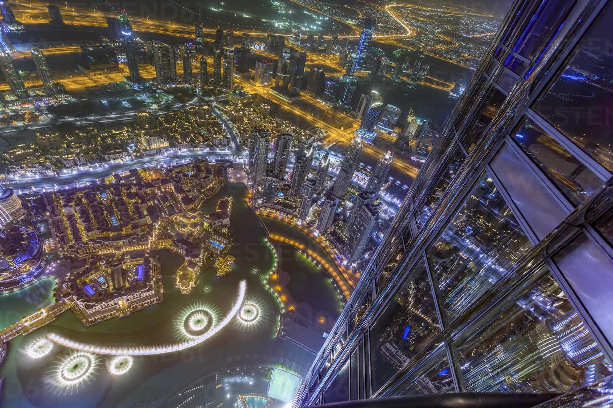 United Arab Emirates, Dubai, Fountain in the Burj Khalifa Lake with Souk Al Bahar seen from the Burj Khalifa at night - NKF000269 - Stefan Kunert/Westend61