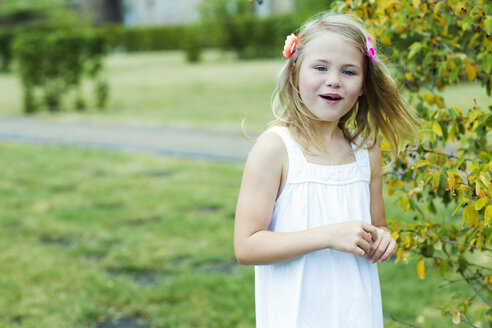 Portrait of smiling girl wearing white summer dress and flowers - GDF000776