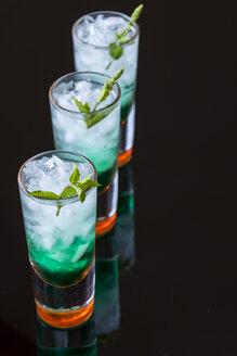 Fresh cocktail with mint liqueur in glasses - JUNF000351