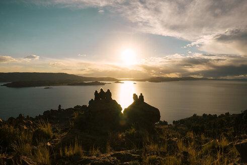 Peru, people watching sunset at Lake Titicaca - GEMF000267