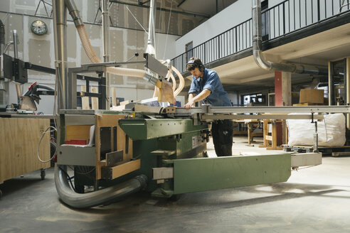 Carpenter working with saw in workshop - JUBF000037