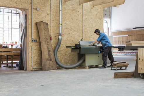 Carpenter working with saw in workshop - JUBF000039