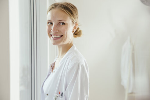 Portrait of smiling female doctor - MFF001819