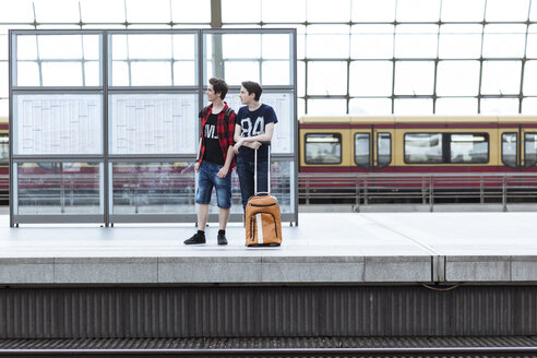 Germany, Berlin, two teenage boys in front of schedule at main station - MMF000856