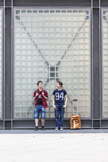 Germany, Berlin, two waiting teenage boys with baggage - MMFF000857