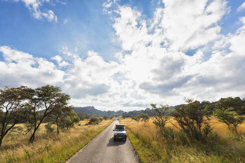 Africa, Zimbabwe, Matobo National Park, jeep with roof tent on the road - FOF008207