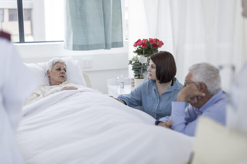 Family visiting senior patient in hospital - ZEF006766