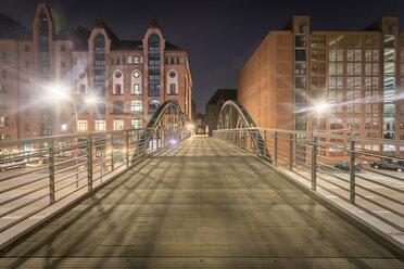 Germany, Hamburg, pedestrian Bridge between Speicherstadt and Hafencity at night - NKF000316