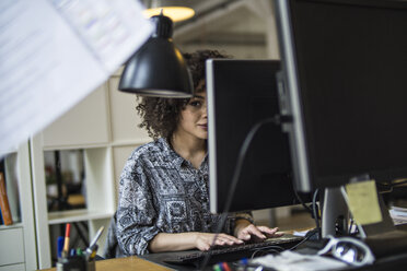 Young woman in office working at computer - FKF001207