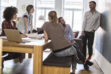 Colleagues in office having an informal meeting - FKF001321