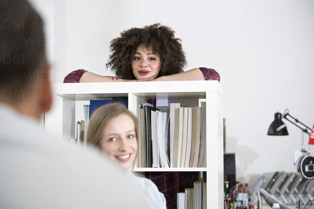 Smiling young woman with colleagues in office - FKF001312 - Florian Küttler/Westend61