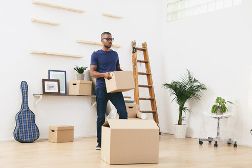 Young man moving in - EBSF000828