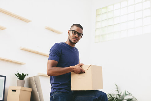 Young man moving in - EBSF000799
