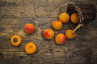 Sliced and whole apricots on wood - LVF003730