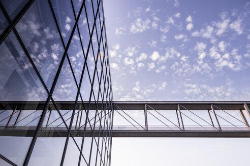 Germany, Berlin, Skywalk to Marie-Elisabeth-Lueders building - CMF000316