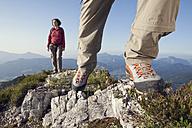 Austria, Tyrol, couple hiking at Unterberghorn - RBF002920