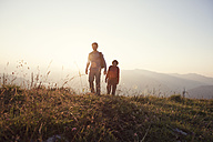 Austria, Tyrol, couple hiking at Unterberghorn at sunset - RBF002931