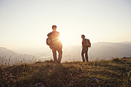 Austria, Tyrol, couple hiking at Unterberghorn at sunset - RBF002934