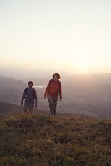 Austria, Tyrol, couple hiking at Unterberghorn at sunset - RBF002943