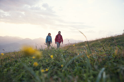 Austria, Tyrol, couple hiking at Unterberghorn at sunrise - RBF002951