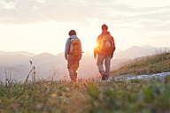Austria, Tyrol, couple hiking at Unterberghorn at sunrise - RBF002952