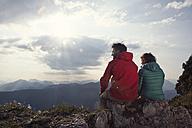 Austria, Tyrol, Unterberghorn, two hikers resting in alpine landscape - RBF002975