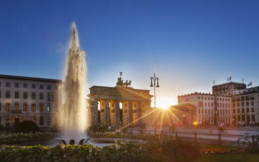 Germany, Berlin, Berlin-Mitte, Sun shining through Brandenburg Gate, Pariser Platz - HSIF000369