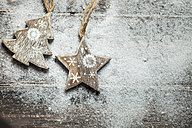 Christmas decoration on wood, wooden star and Christmas tree, artificial snow, copy space - SBDF002199