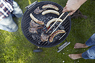 Couple having a barbecue - RHF001023