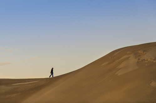 Australia, Eyre Peninsula, Port Lincoln, man walking in dunes - TOVF000006