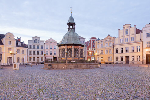 Germany, Wismar, market square with Wasserkunst at twilight - MSF004704