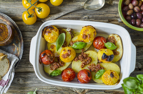 Grilled potatoes with tomato pesto, tomatoes and basil leaves - ODF001178