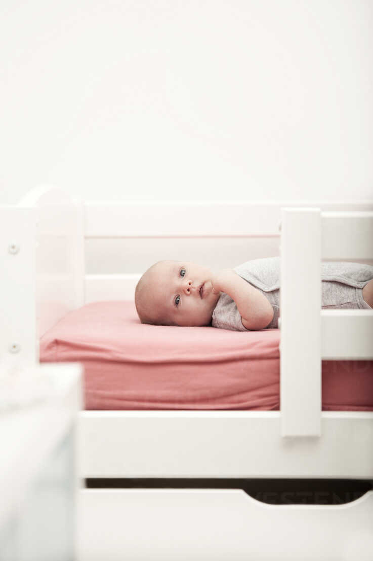 Portrait of baby lying on a cot - MFRF000333 - Michelle Fraikin/Westend61