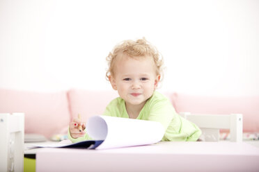Portrait of little blond girl with coloured pencil - MFRF000306