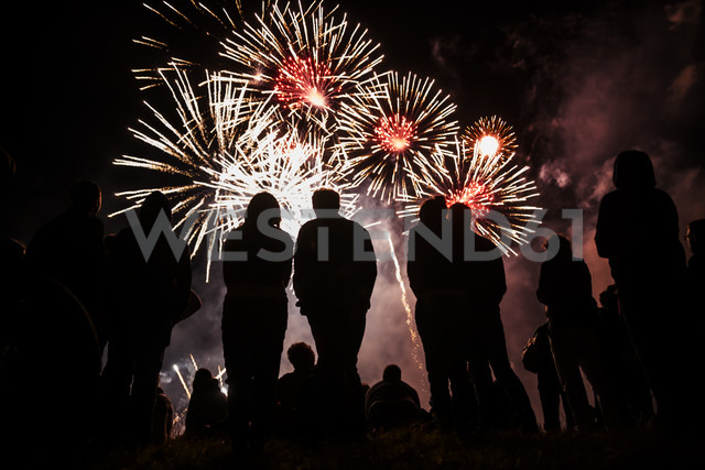 People watching fireworks - TC004736 - Tom Chance/Westend61