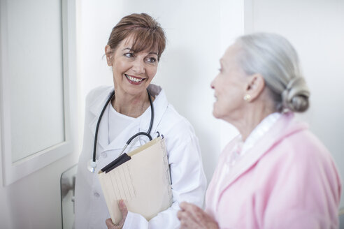 Smiling doctor and elderly patient in hospital - ZEF007254
