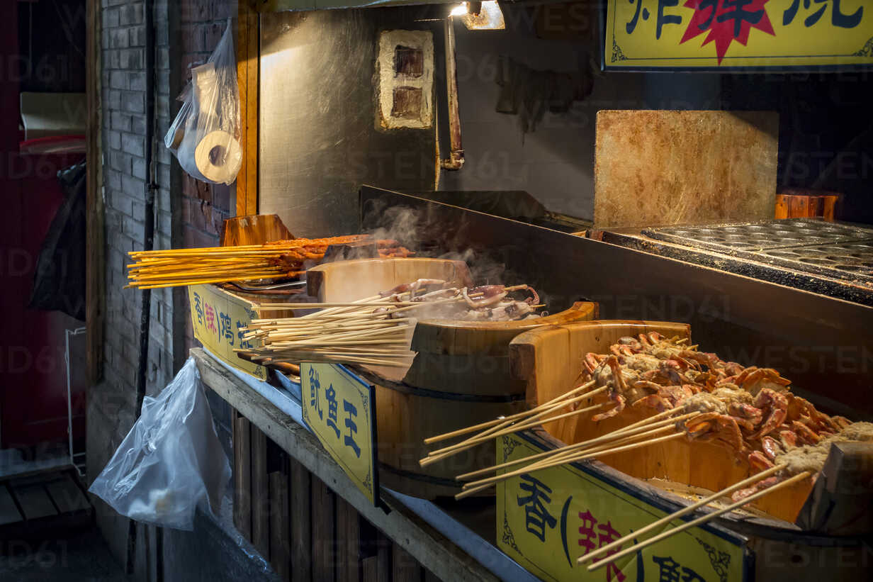 China, Shanghai, barbecued seafood on a street food stand - NKF000343 - Stefan Kunert/Westend61