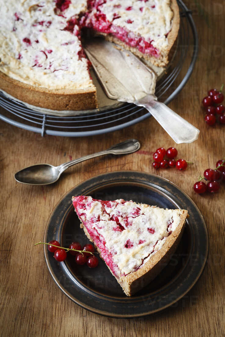 Wholemeal currant cake with marzipan and honey-meringue - EVGF002024 - Eva Gruendemann/Westend61