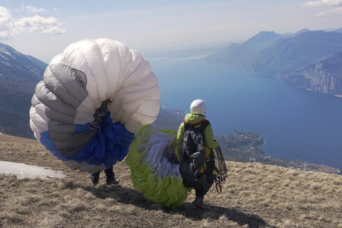 Paragliding, paragliders starting in front of Lake Garda - TMF000028
